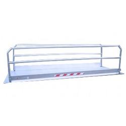 Passerelle en aluminium avec garde corps pour passage véhicules